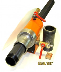 Тиски с установленной  полиэтиленовой  трубой